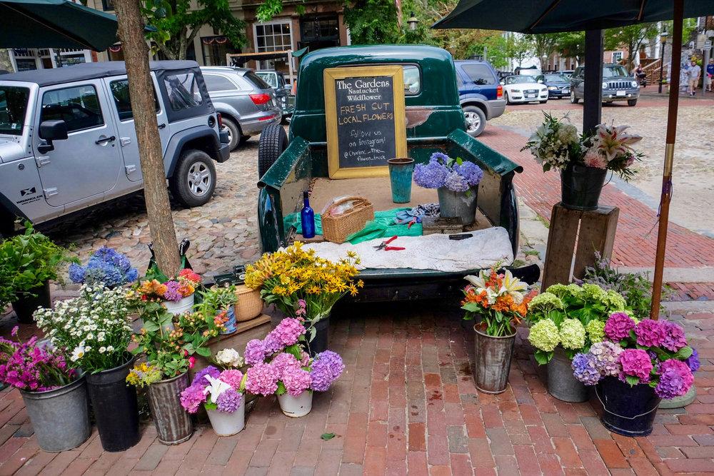 Nantucket-Street-Side-Flowers-LaurenSchwaiger-Lifestyle-Travel-Blog.jpg