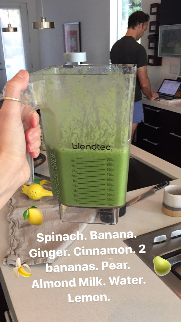 green-smoothie-lauren-schwaiger-healthy-living-blog.jpg