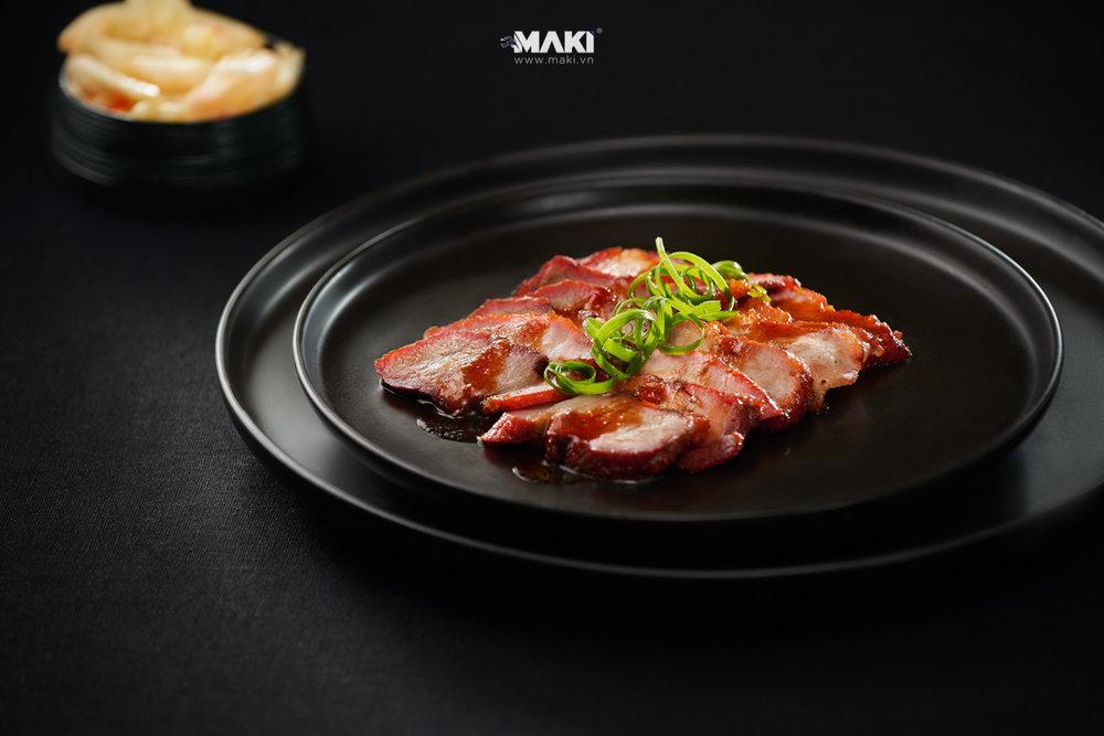 Chụp ảnh món ăn tại nhà hàng Cơm Gà Thượng Hải. ẢNh: MAKI.vn