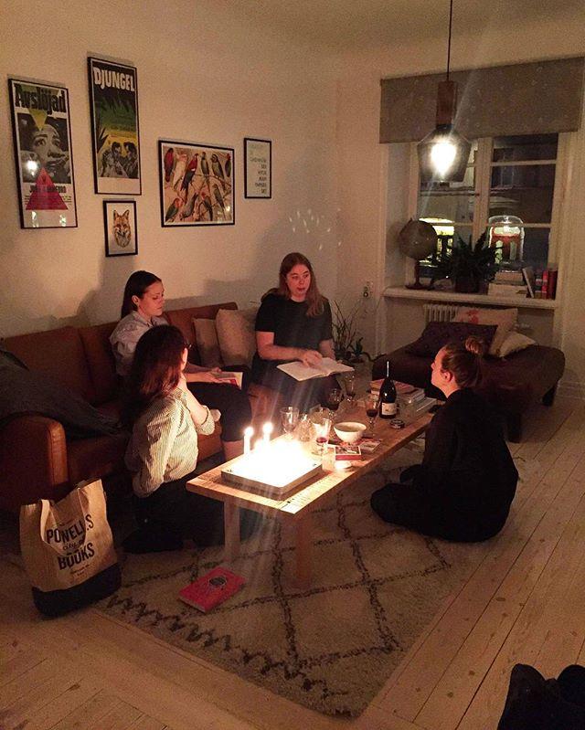 """Igår kväll var det äntligen dags för höstterminens första bokklubb! Vi pratade om Makten av Naomi Alderman, som fick 3/5 i genomsnittligt betyg 🔥  Plötsligt får alla kvinnor en sorts superkraft som gör att de kan skjuta elektriska stötar ur händerna - som över en natt har världens maktbalans förändrats. . Vi diskuterade maktskiftet som sker under bokens gång - tyckte vi att det var realistiskt? Hur mycket förändras man på ett personligt plan av nyfunnen makt? Vi pratade också om vilka karaktärer vi gillade - min favorit var nog Joselyn, medan de andra gillade Roxy och Tunde. Ingen gillade Allie 🤷🏻♀️ Vi hann dessutom med en icke-relaterad minidiskussion om begreppet """"autofiktion"""", men det kan vi ta en annan gång. . Till nästa gång är det Halloweentema: vi ska läsa den klassiska spökhistorien Hemsökelsen på Hill House av Shirley Jackson 👻 Har ni läst Makten eller Hemsökelsen på Hill House? Vad tyckte ni? /@alexandramabon"""