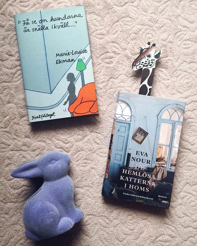 """accidental djurtema på läsningen i november! 🐶  först ut har vi månadens bokklubbsbok, de hemlösa katterna i homs av pseudonymen eva nour 🐈  boken är en skildring av belägringen av syrien på personnivå. jag är mycket taggad på att börja läsa den!  sen så har vi också """"få se om hundarna är snälla ikväll..."""" av marie-louise ekman 🐕  2011-12 var en period då gösta ekman var mycket sjuk och vistades en längre tid på sjukhus. göstas sjukdom försämrade hans minne gravt. marie-louise förde den här dagboken åt honom, så att han skulle kunna läsa den och minnas. 💔  ja du hör ju. väldigt gråtkompatibel läsning denna månad! förutspår att minst hälften av sidorna kommer vara buckliga av tårar när jag läst klart ☔️ //@highfivechrissy"""