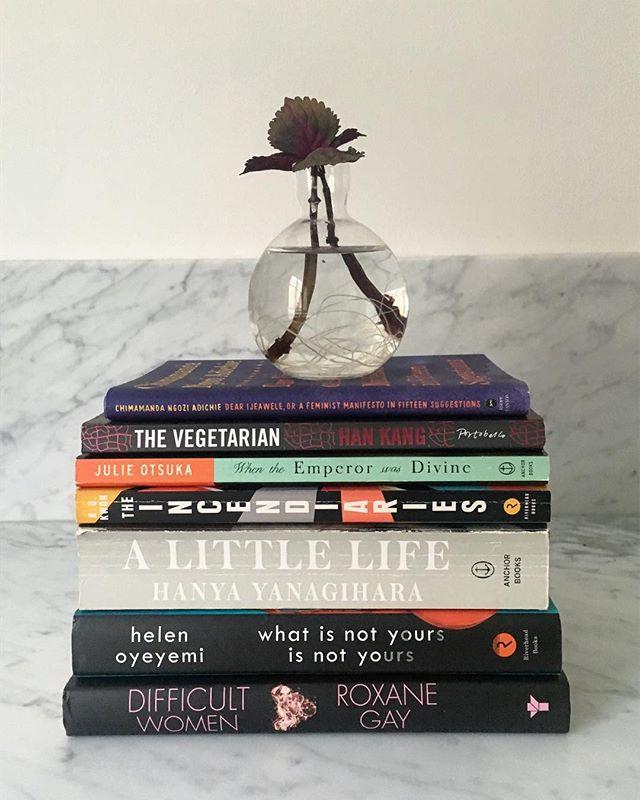 🌍 Dags att vidga vyerna 🌍  Hallå hörrni, på sistone har vi mest läst böcker skrivna av vita/västerländska författare. Vi vill gärna bli bättre på att läsa - och diskutera! - lite andra perspektiv.  Så: vad är era bästa tips på författare som *inte* är vita och/eller västerländska? Helst kvinnor, men det är inget måste!