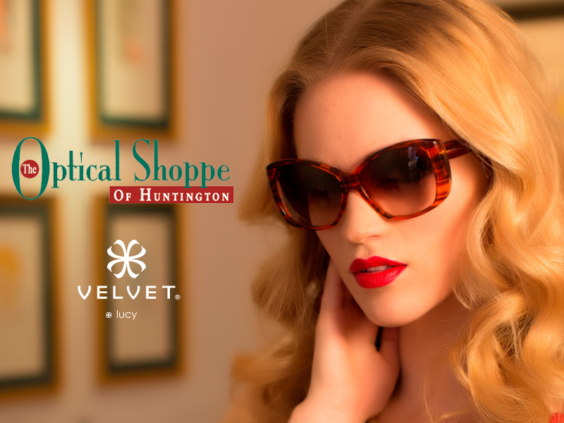 Consigue el Look of Manhattan en tu ciudad natal de Huntington, NY en el Optical Shoppe of Huntington. Mira el nuevo Velvet Lucy en Sunset Orange.
