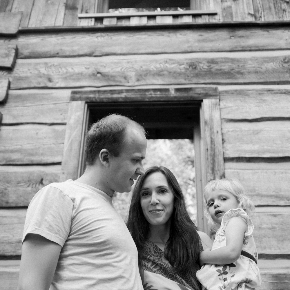 Family photographer outdoor portraits at the cottage.jpg