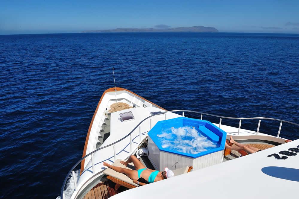 galapagos yacht tours