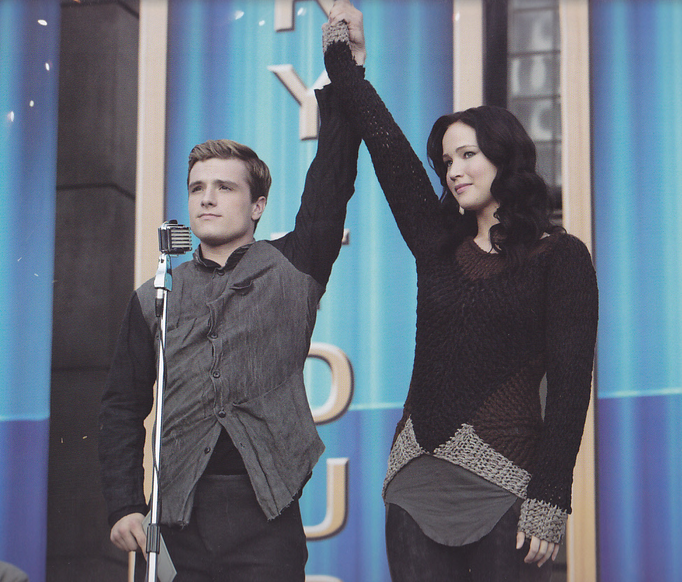 A black, brown and grey pullover that Katniss wears on her Victory Tour.