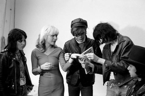 awesomepeoplehangingouttogether :     Joan Jett, Debbie Harry, David Johansen and Joey Ramone