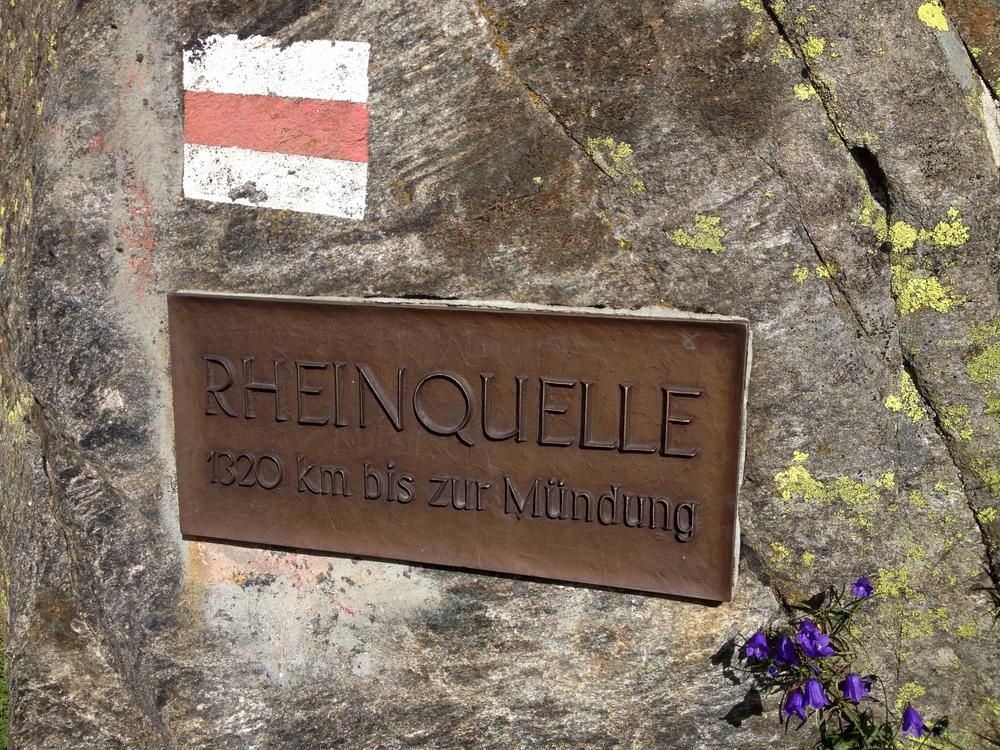 Placa en alemán que lee Fuente del Rin 1320 km hasta la boca. Foto: Marco Dettling