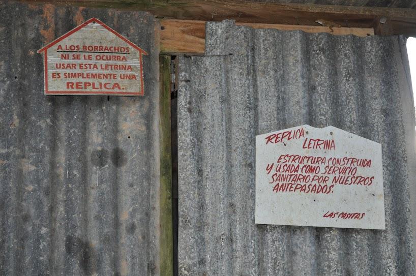 De la carretera 14 pasamos a la 162 hasta el barrio Pasto donde está localizada la rústica hospedería Las Casitas de Aibonito. En la entrada nos esperaba una simpática replica de una letrina. Foto: Pamy Rojas