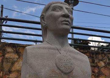 El busto del cacique Hayuya, cerca de la plaza del pueblo, fue el primer monumento erguido en Puerto Rico para honrar la memoria del indio taíno. Foto: Pamy Rojas