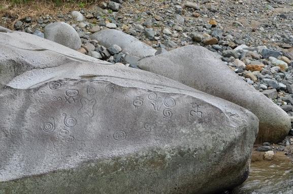 La piedra escrita se encuentra en el río Saliente en Jayuya. Cuando salimos de la Hacienda San Pedro llegamos a la Piedra Escrita por la misma carretera 144. Foto: Pamy Rojas