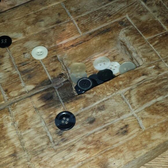 Esta versión del Mühlespiel (juego del Molino), un pasatiempo de estrategia que data del imperio romano, estaba tallado sobre una tabla de madera y usaba botones como piezas de juego. Foto: Tamara Carra.