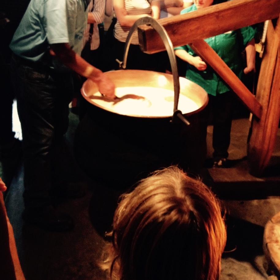 Proceso de hacer queso, durante el cual se va moviendo la leche para cortarla, en una olla caliente. Foto: Bruny Nieves