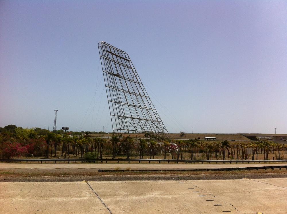 Una vez tomas la salida del expreso hacia Guayama, encuentras esta impactante escultura en metal. Foto: Bruny Nieves