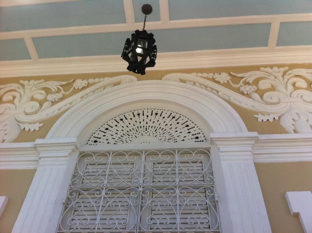 Construida en 1887 y diseñada con extrema atención al detalle siguiendo el estilo criollo, la Casa Cautiño se impone en la plaza de recreo Cristóbal Colón. Foto: Bruny Nieves