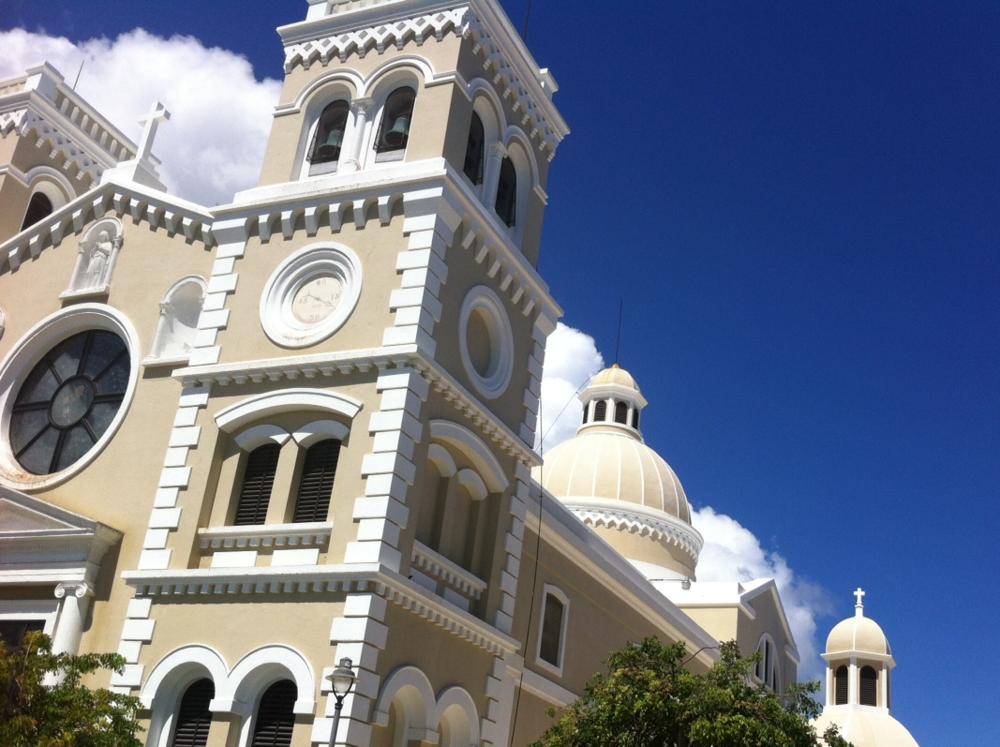 La hermosa estructura de la Parroquia San Antonio de Padua y su cúpula engalanan el casco urbano de Guayama. Foto: Bruny Nieves