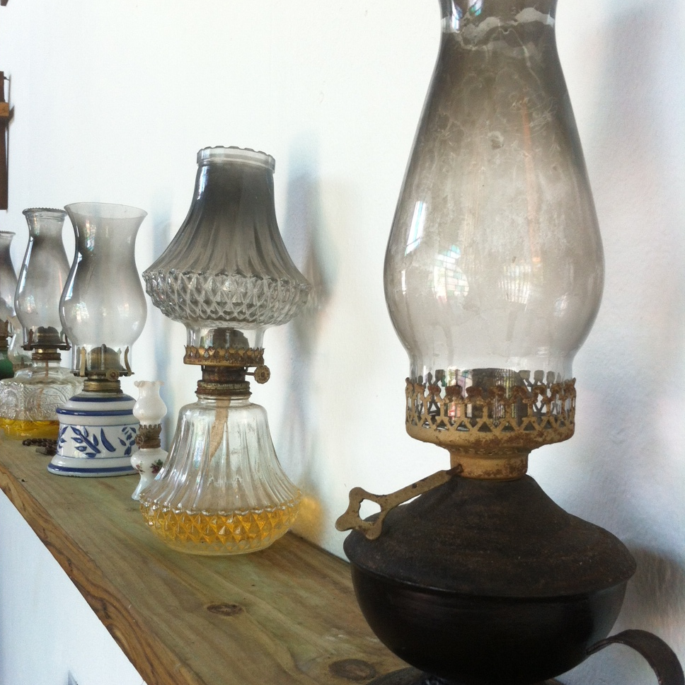 Among the many decorations, on its walls is this oil lamp collection. Photo: Bruny Nieves