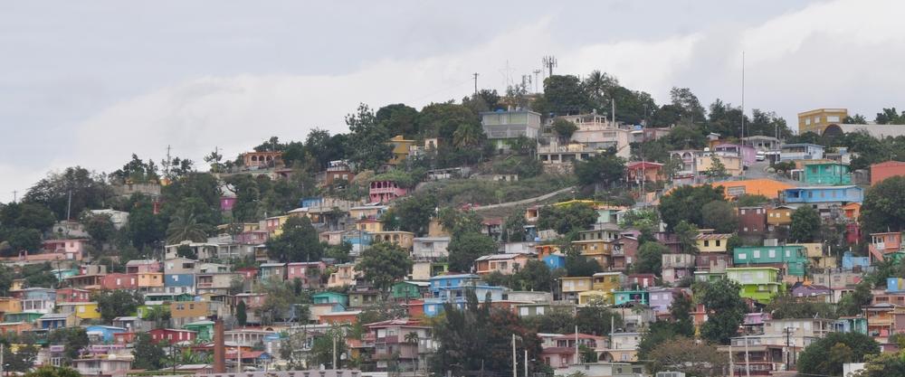 Desde la autopista Luis A. Ferré se ven las coloridas casitas de El Cerro en Yauco. Foto: Pamy Rojas