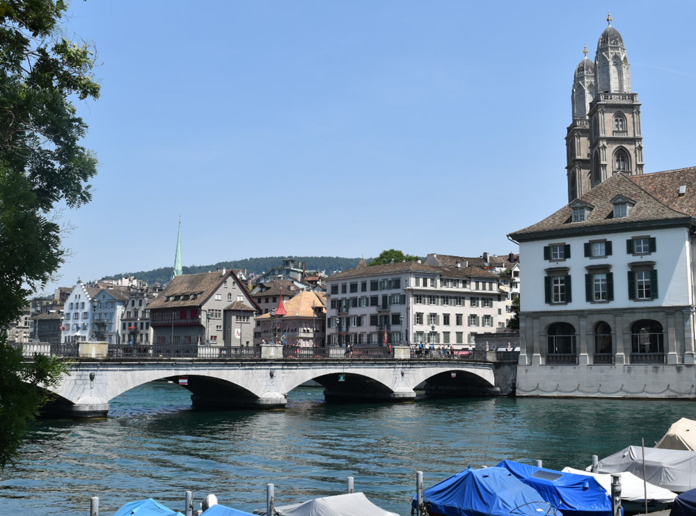 Vista del río Limago (Limmat en alemán) desde donde se divisan a la derecha las torres de la iglesia Grossmüster, ícono de la ciudad. Foto: Bernardo Fiol