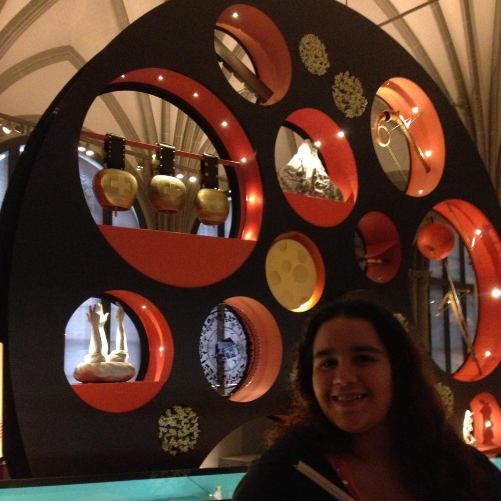Esta rueda con imágenes de Heidi, William Tell, campanas de vacas y quesos es parte de una instalación en la sala de historia suiza del Museo Nacional. Foto: Bruny Nieves