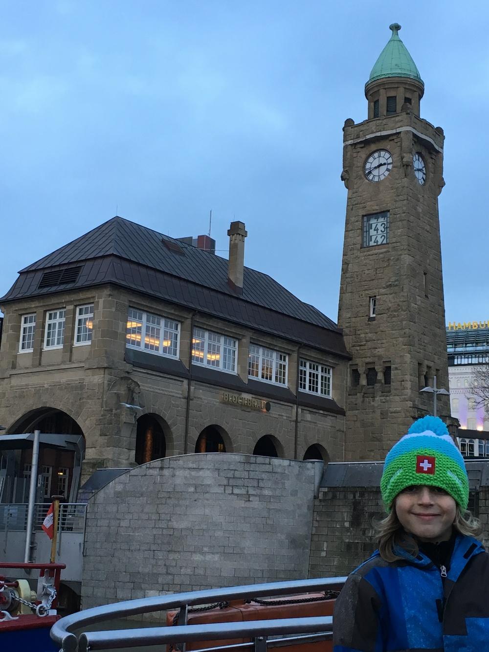 Desde la torre en el Landungsbrücken marcan la hora y el nivel de la marea. Foto: Bruny Nieves.
