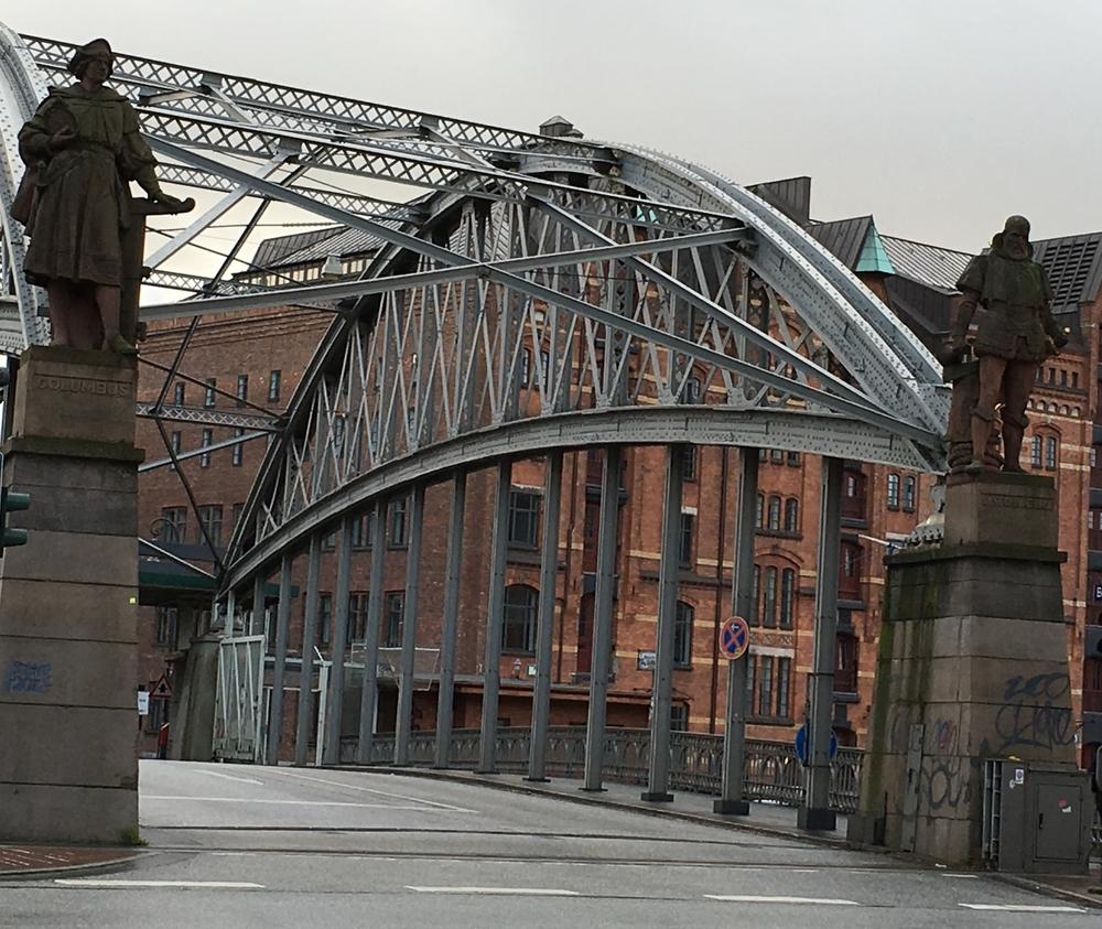 Uno de los sobre 2,300 puentes en Hamburgo que se que levantan sobre los ríos, canales y riachuelos. Foto: Bruny Nieves