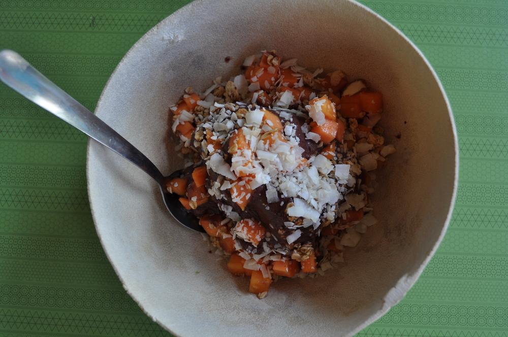 Desayuno en Vibra Verde:   açai bowl con coco rallado, papaya, guineo y granola. Foto: Pamy Rojas