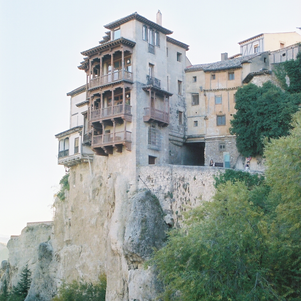 The Houses hanging in the watershed are right on the edge of the cliff. Photo: Pamy Rojas