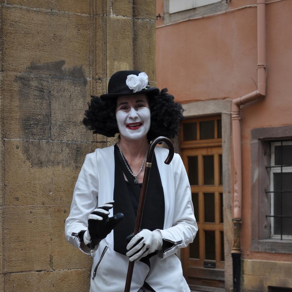 Una artista callejera imitando a un mimo y por unos cuantos euros me permitió tomarle una foto, solamente una. Foto: Pamy Rojas