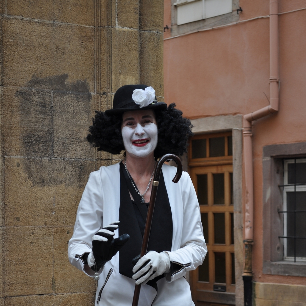 A street artist imitates a mime and for a few euros she lets you take one picture, just one. Photo: Pamy Rojas
