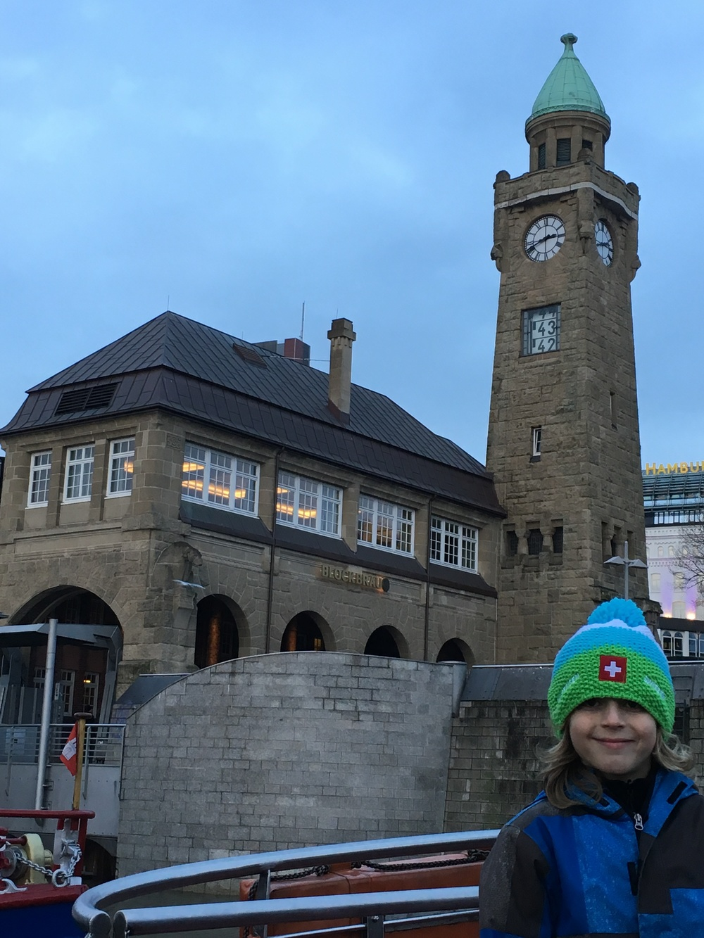 At the Landungsbrücken Tower, they show the current time and tide level. Photo: Bruny Nieves