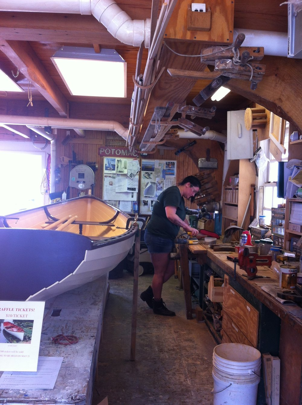 Una voluntaria trabaja en la confección a mano de un bote de remos al estilo tradicional Whitehall; que sería rifado para recaudar fondos para la fundación Alexandria Seaport. Foto: Bruny Nieves