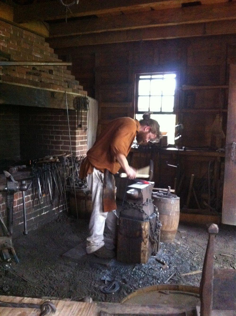 Antes de visitar Mount Vernon, revisen el programa para ver qué demostraciones llevarán a cabo ese día; en la foto, un herrero representativo de la época. Foto: Bruny Nieves