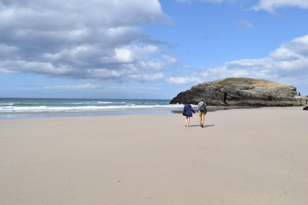 La arena es fría, pero tu mano me calienta... Playa de Las Catedrales.