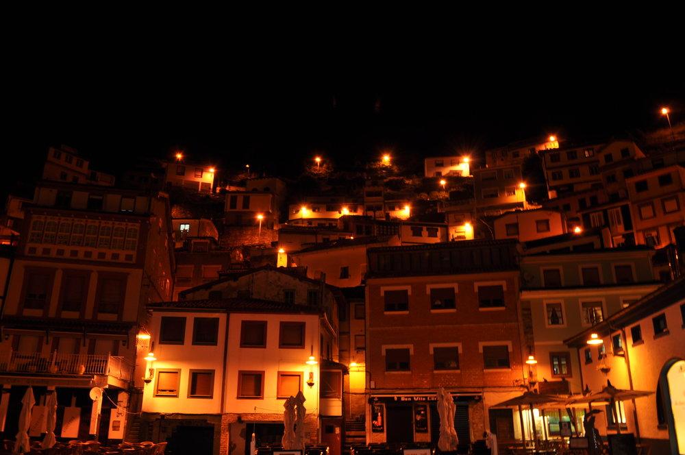 Final del día: Villa Cudillero de noche.