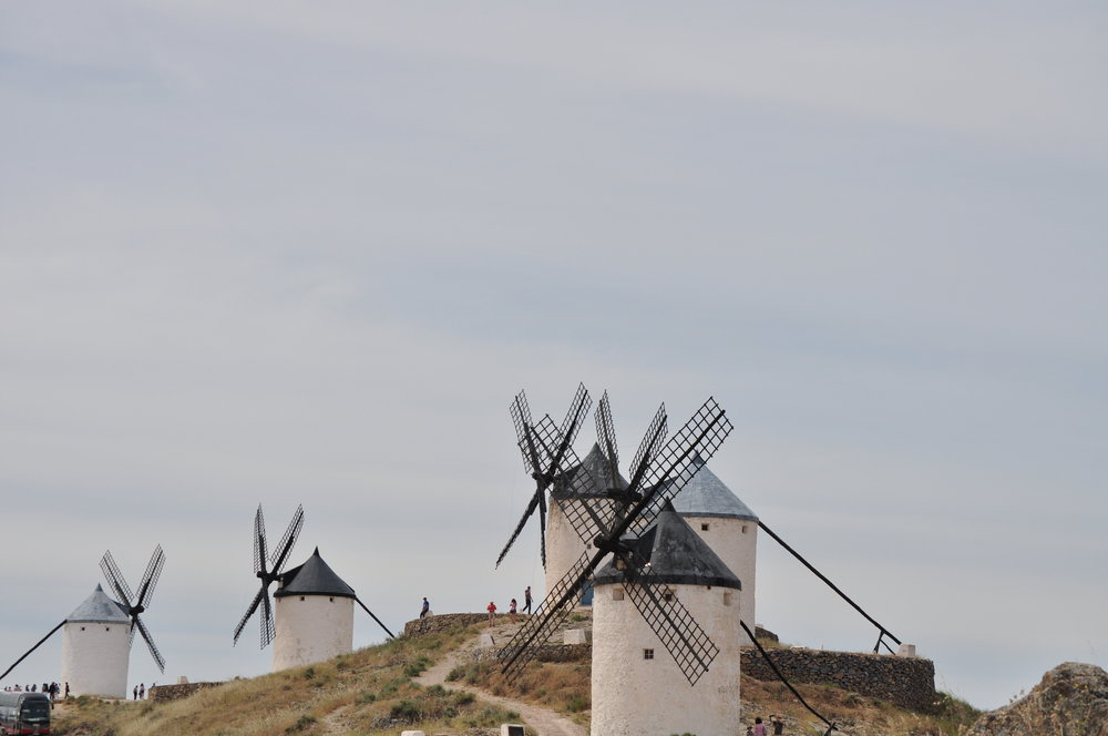 Doce molinos cargados de historia y letras adornan el Cerro Calderico.