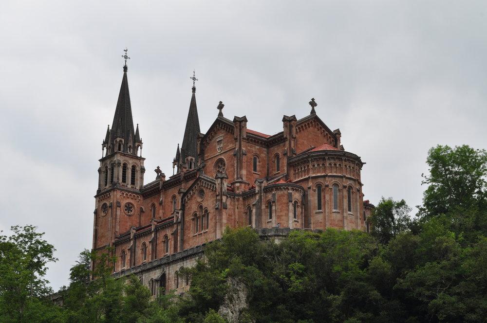 Entre las montañas del monte Auseva se ve El Santuario, Cangas de Onís.