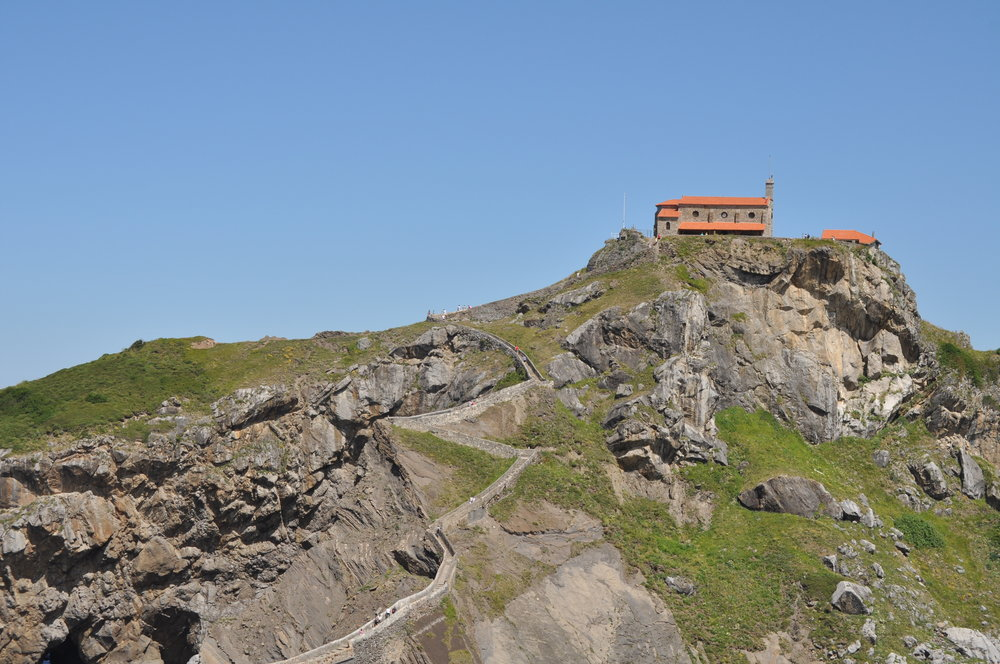 Para llegar a San Juan de Gaztelugatxe, primero se baja por un sendero arenoso, luego hay que subir 241 escalones.