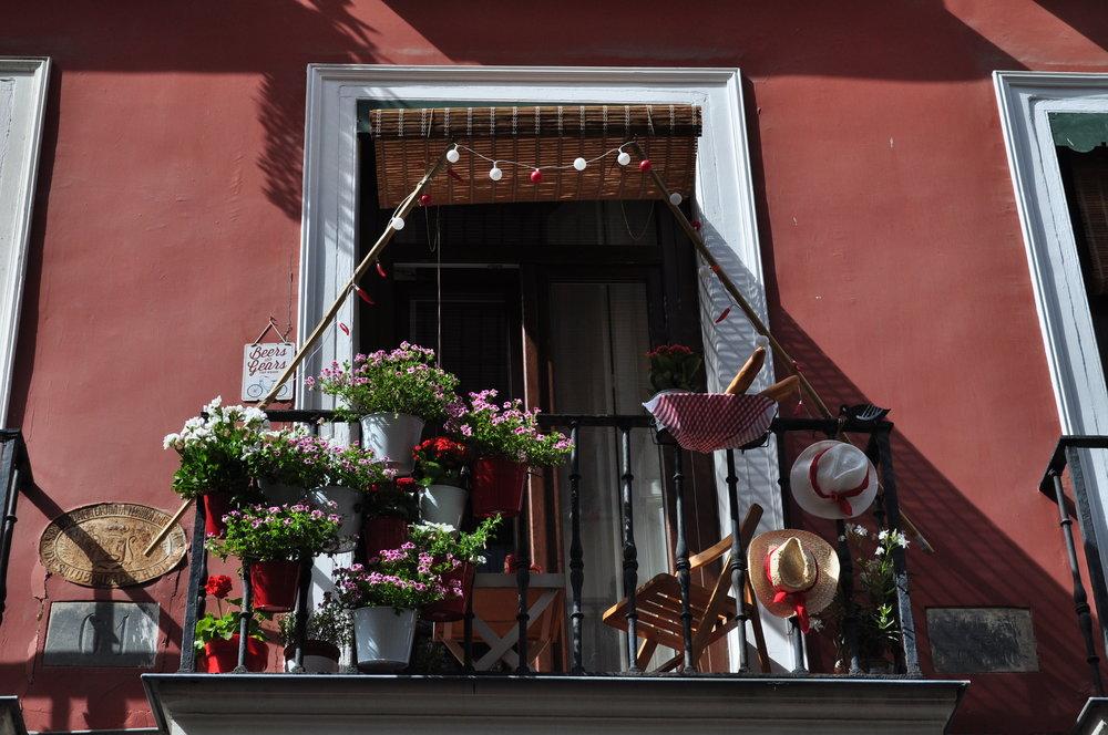 En el Barrio de las Letras, decoraciones por todos lados para el Concurso de Balcones.