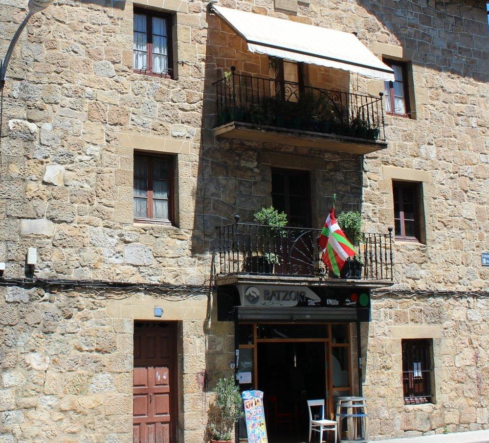 Paseando por Abadiño notamos la Ikurriña (bandera del País Vasco) en varias residencias.