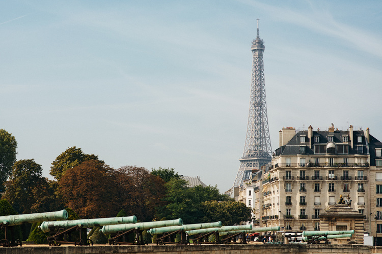 12hrs in Paris All the clichés about the city of lights? They are true! Let's fall in love with Paris.