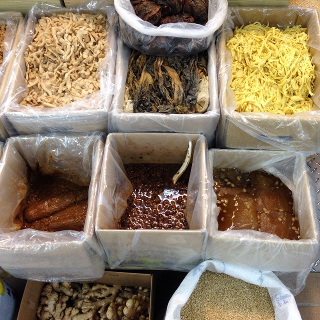 How many of these ingredients from Dadaocheng's Yong-Le Market (永樂市場) can you name?