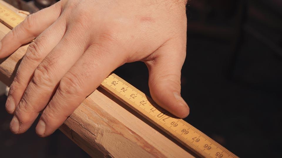 master-flute-maker-winne-clement-fluiten-luthier-craftsman-facteur-flûtes-flöten-hersteller-music-instrument-wood-wind--hand-mesuring-sound-holes.jpg