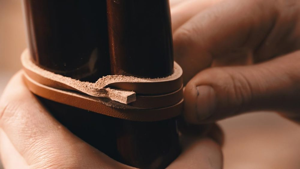 master-flute-maker-winne-clement-fluiten-luthier-craftsman-facteur-flûtes-flöten-hersteller-music-instrument-wood-wind--leather-strap-fujara-fujaru-fujary-fujarka-overtone-harmonic-hand.jpg