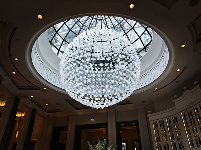 What a gorgeous chandelier.