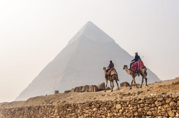 Piramitlerde Deveye Binin
