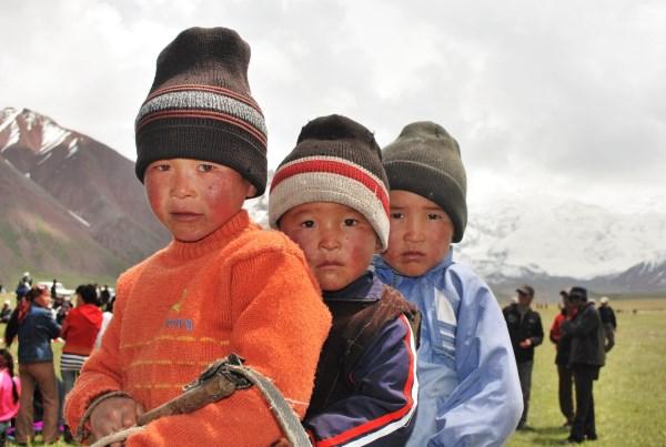 Al Yanaklı Kırgız Çocuklarının Hayatlarına Dokunun