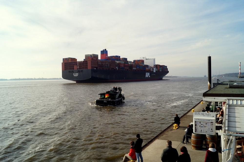 Tanker verlassen die Stadt