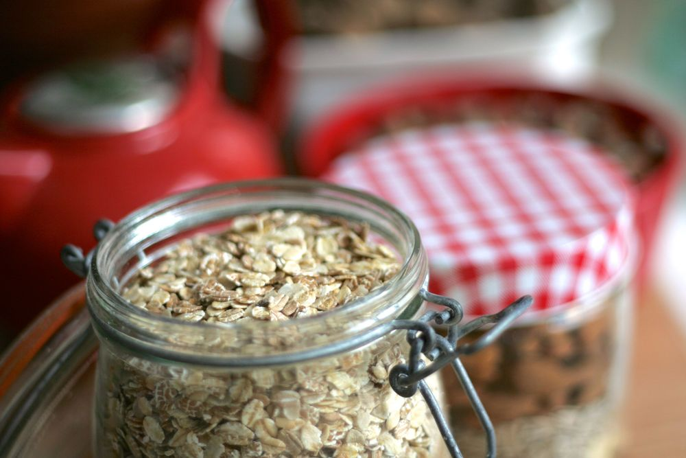 Les flocons d'avoine pour le granola croustillant maison