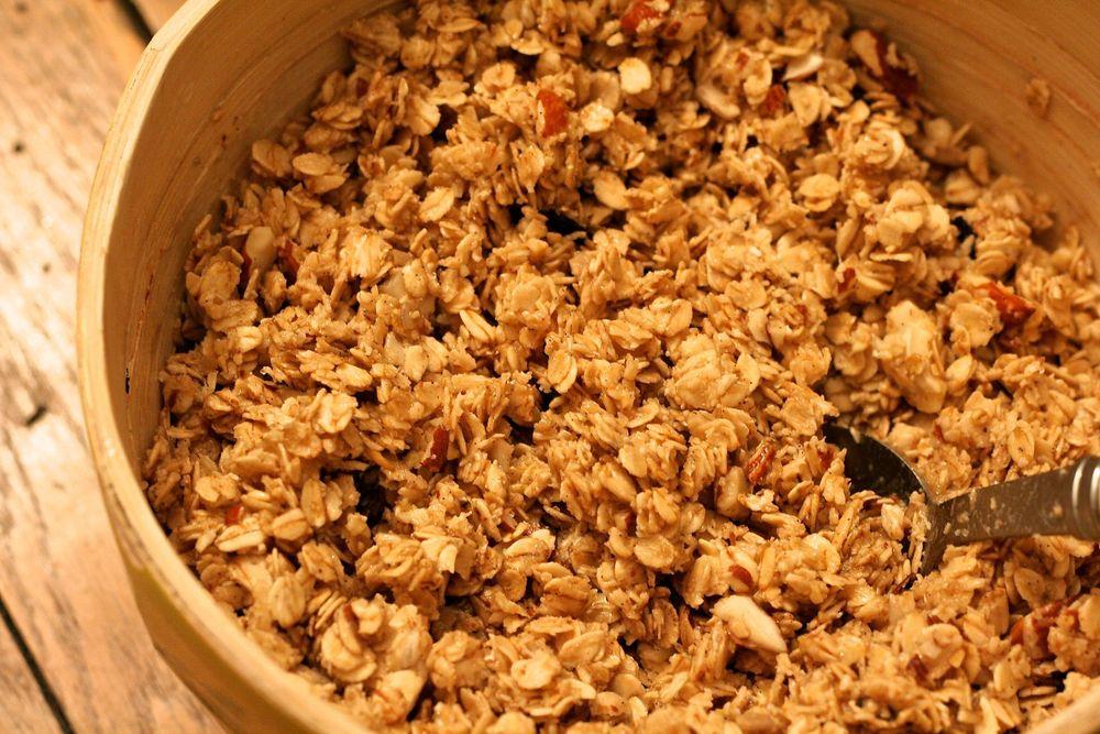 Mélanger les ingrédients du granola maison et rajouter le jus de pomme